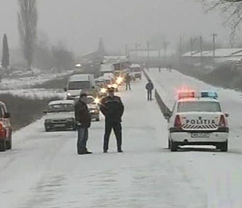 UPDATE – INFOTRAFIC, 18 ianuarie 2018. Mii de abonaţi fără electricitate, maşini blocate, în urma ninsorii