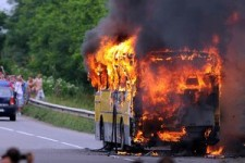 Un autocar plin cu pasageri a luat foc pe DN 13A