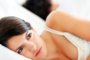 femeie in pat