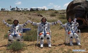 Taikonautii de pe Shenzhou-9 au revenit pe Pamant