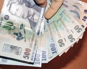 Finanţele ar putea limita plăţile în numerar între persoane fizice.