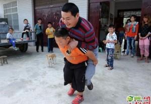 Micul Hercule din China. La 7 ani, trage maşina după el
