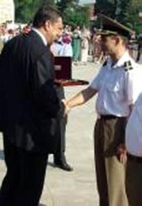 Lt col Danicu Tanasa in 2005 la UNAp felicitat de ministrul Apararii Nationale