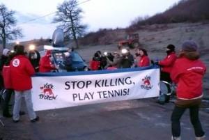 """Protest la vânătoarea de mistreţi de la Balc: """"Stop killing, play tennis"""""""