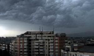Furtună în Bucureşti. Mai multe persoane rănite, pagube materiale