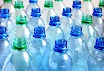 Ftalat. Apa la sticlă de plastic îngraşă