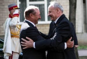 Basescu Timofti imbratisati Chisinau