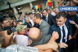 Baie de mulţime. Băsescu, acuzat că s-a îmbrăţişat cu legionarii la Chişinău
