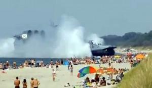 Desant rusesc pe plajă. Cu aeroglisorul de 500 de tone printre turişti