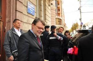 Ministrul Daniel Barbu, atacat cu roşii la Cluj