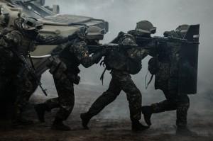 trupe speciale ruseşti pregătite pentru o intervenţie în Crimeea