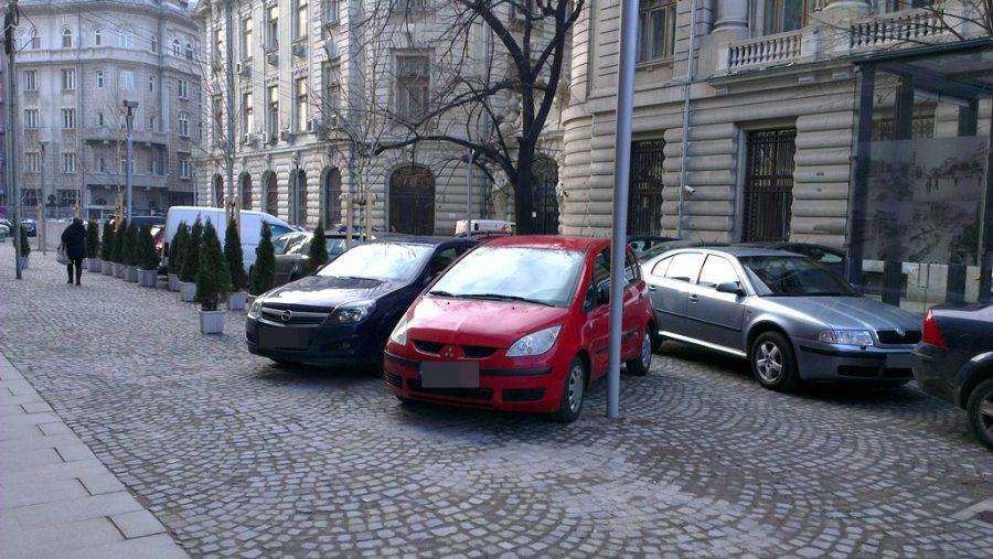 Ce amenzi riscă șoferii care își parchează mașinile la mică distanță față de blocuri