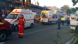 Accident grav în Bacău. Un microbuz a intrat în copac