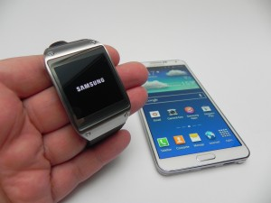 Lupta marilor producǎtori de gadgeturi IT pare sǎ se axeze tot mai mult și pe piața smartwatch, dupǎ ce Apple a anunțat lansarea iWatch, Samsung mutȃnd cu Gear S. (foto:tablet-news.com)