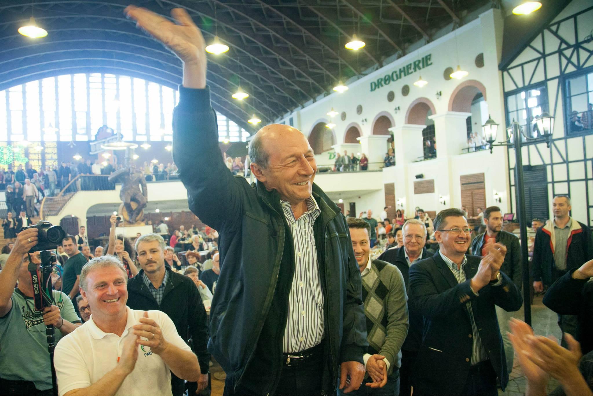 La o bere cu Preşedintele Băsescu - explicatia care apare la pozele postate pe pagina de Facebook a Elenei Udrea. Fotografii efectuate duminică seara, 28 septembrie 2014 în Berăria H (sursă foto pagina Facebook elena Udrea)