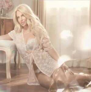 Pe cine vrea Britney Spears sǎ vadǎ purtȃnd lengeria creatǎ de ea (foto:starcasm.com)