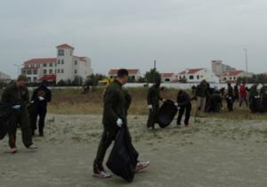 Militarii american ne strâng gunoaiele de pe plajă.