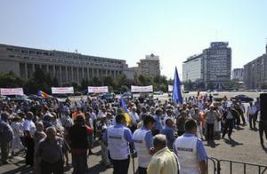 Protest al revoluționarilor la Guvern.