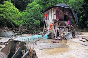 România: 1 cutremur la două zile, 22 de judeţe afectate de inundaţiile din acest an, 14 incendii pe zi