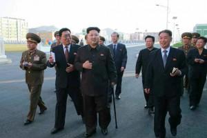 Coreea de Nord: Kim Jong-Un sprijinit ȋn baston, la prima apariție publicǎ dupǎ 40 de zile (foto:nydailynews.com)