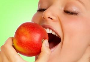 Cȃt de eficiente sunt fructele mâncate ȋnainte de culcare ȋn igiena dentarǎ (foto:timesupdate.co.uk)