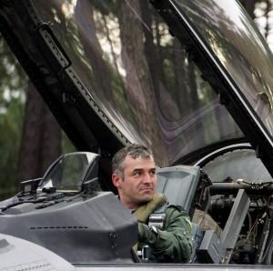 Capitan-comandorul Andrei Constantin pilot pe f-16