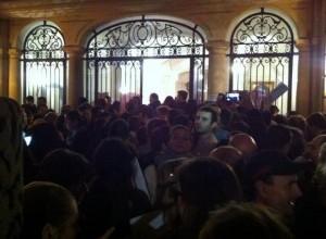 Zeci de alegători au intrat cu FORŢA în Ambasada din Paris