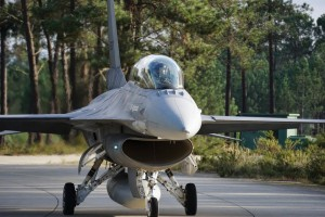 Căpitan-comandorii Andrei Constantin şi Cătălin Micloş au devenit primii piloţi români care au zburat în simplă comandă cu aeronava de luptă F-16 Fighting Falcon