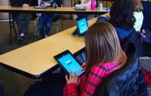 Elevii claselor a III-a vor învăța cu ajutorul tabletelor din martie 2015 (foto:edu-news.ro)