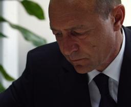 Băsescu pleacă de la Cotroceni, urmat de consilierii săi.