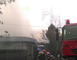 Incendiu violent la un magazin.