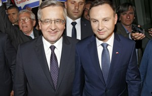 Bronislaw Komorowski (de centru-dreapta) și contracandidatul său conservator și populist Andrzej Duda,