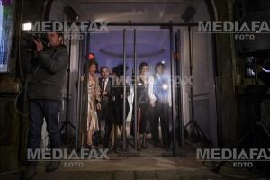 """Actori joaca in spatele usilor de sticla inchise ale teatrului Nottara,  in spectacolul """"Umor, amor, fior de dor... in Bucuresti"""", in Bucuresti, marti, 2 februarie 2016. Actorii Nottara au sustinut o reprezentatie inedita cu """"Umor, amor, fior de dor... in Bucuresti"""", marti seara, in holul cladirii cu bulina din centrul Capitalei in care publicul nu mai are voie sa intre, spectatorii putand sa urmareasca spectacolul de pe trotuar, prin usile de sticla ale imobilului. ANDREEA ALEXANDRU / MEDIAFAX FOTO"""