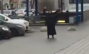 femeie metro moscova cu cap de om in mana