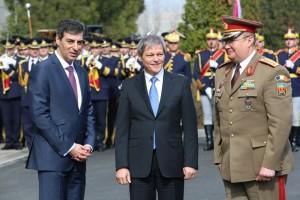 Ministrul mihnea Motoc (stanga=, premierul Dacian Ciolos (centru) si generalul Nicolae ciuca (dreapta)
