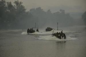militari americani in barci
