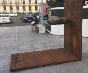 neasteptatul monument piata revolutiei