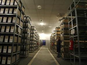Rafturi cu dosare la depozitul CNSAS, din Popoesti-Leorden