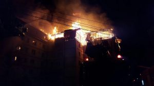 Incendiu violent la mansarda unui bloc din Gura Humorului (video) investigatii