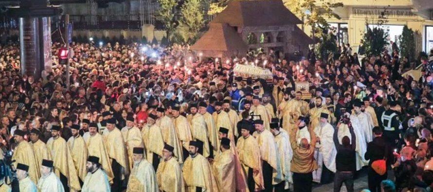 Coadă de 15 ore la moaștele Sfintei Parascheva