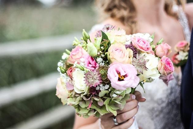 Urmeaza nunta? Afla ce flori online sa alegi pentru a avea un buchet de mireasa superb